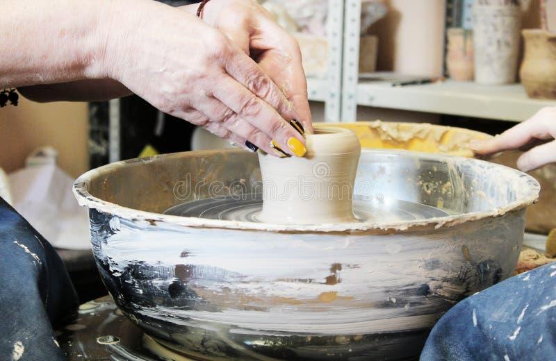 Gör en lerakruka på keramikerns hjul royaltyfri bild