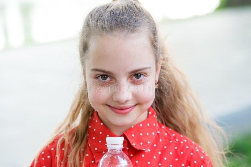 Gör en mer smutt Levande sunt liv Sunt och hydratiserat Flickaomsorg om hälsa och vattenjämvikt Gulligt gladlynt för flicka royaltyfri foto