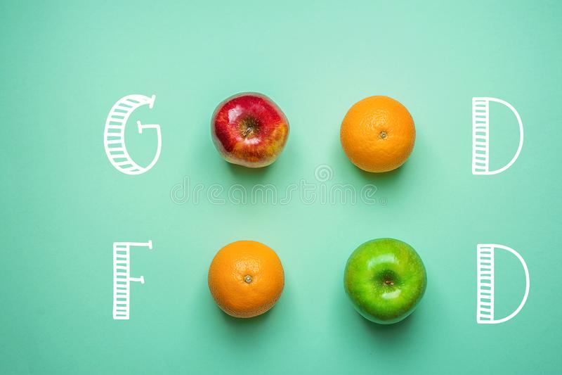 Gör grön bra mat för handbokstäver på turkosbakgrund med fruktapelsiner röda äpplen Sund ren energi för ätastrikt vegetarianvitam royaltyfri bild