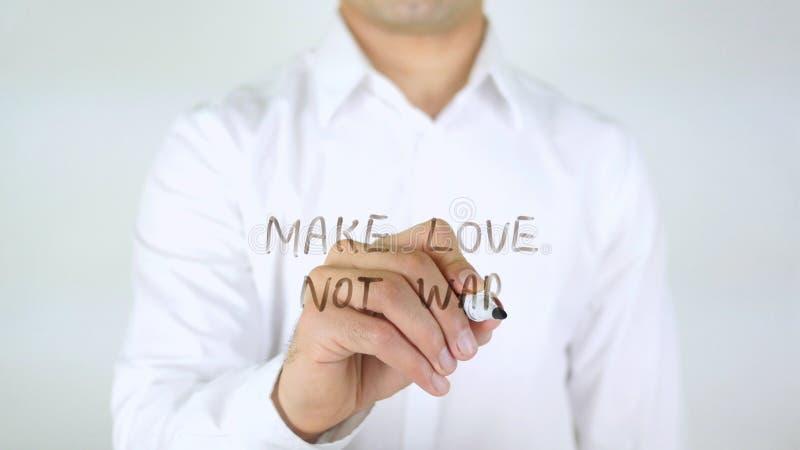 Gör kriget för förälskelse inte, manhandstil på exponeringsglas royaltyfria bilder