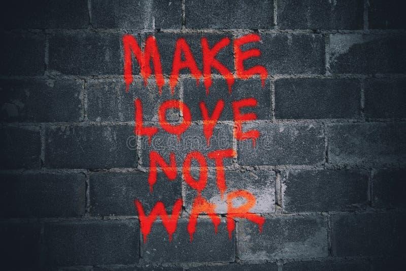 Gör kriggrafitti för förälskelse inte på väggen arkivfoto