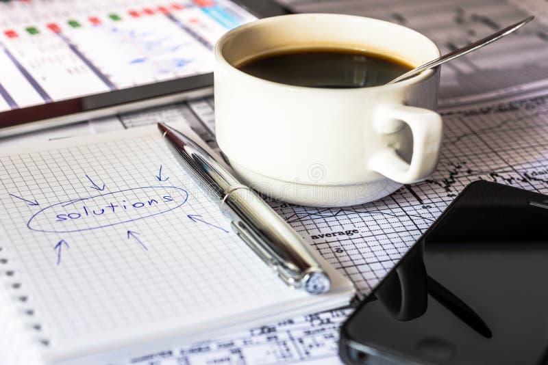 Gör lösningar för en affär, arbete i kontoret arkivfoton