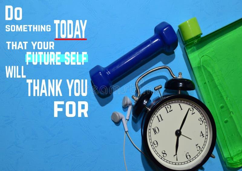 Gör något i dag att din framtida själv ska tacka dig för Konditionmotivationcitationstecken begrepp isolerad sportwhite royaltyfri fotografi