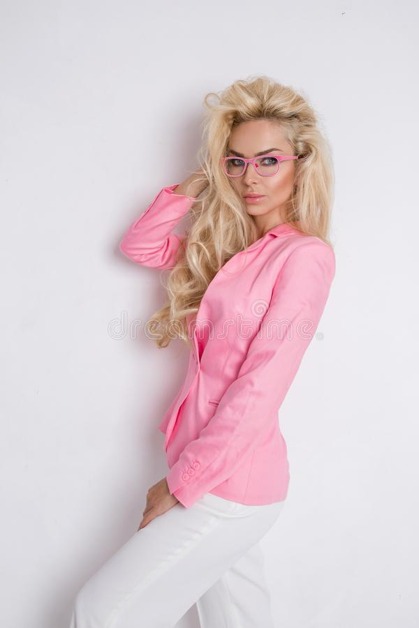 Gör perfekt den blonda kvinnliga modellen för ståendeskönhet med fantastiskt långt hår och framsidan arkivbilder
