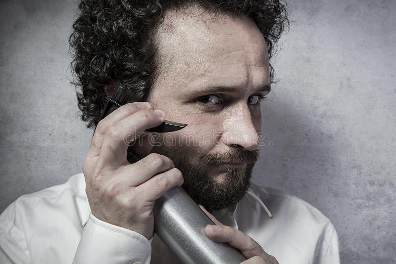 Gör ren affärsmannen med en sprej, lokalvård, man i vita skjortawi royaltyfri fotografi