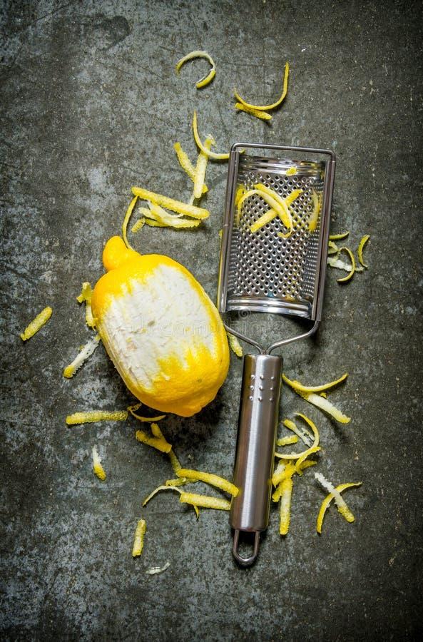 Gör ren citronen med ett ostrivjärn Citronpiff royaltyfria bilder