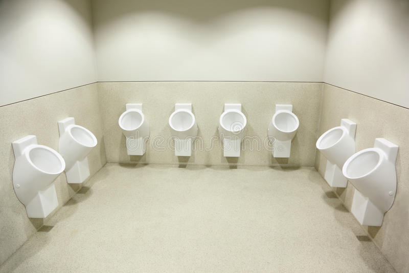 gör ren flera vita toalettpissoarer arkivfoto