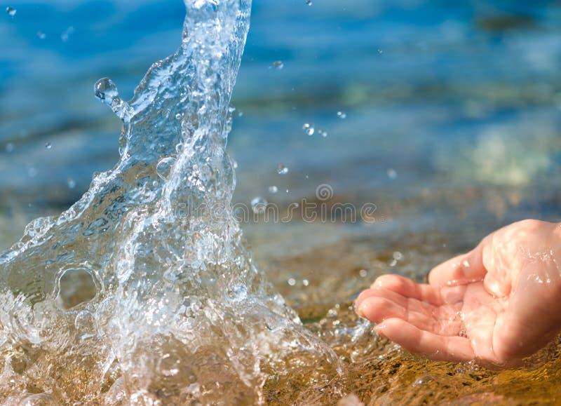 gör ren plaska vatten för kvinnlighanden royaltyfria foton