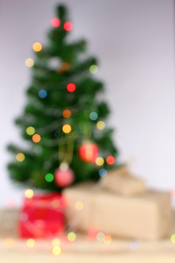 Gör suddig bakgrund, ljus beröm på julträd royaltyfri foto