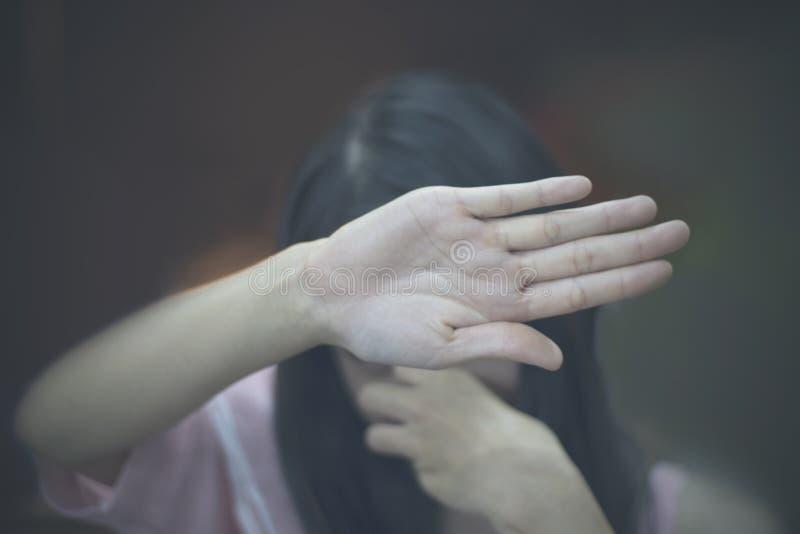 Gör suddig den skriande kvinnan, den skriande kvinnan, ledsen tonårs- flicka, royaltyfria foton