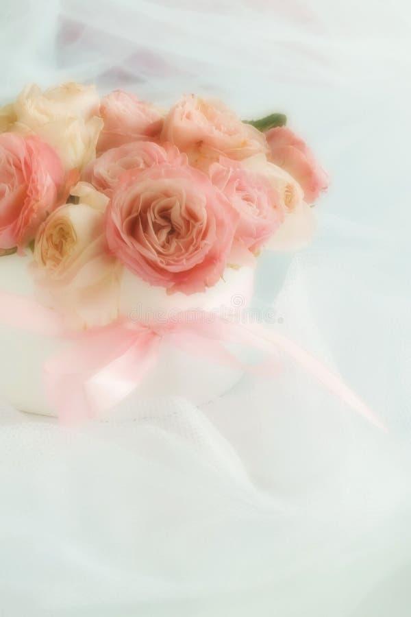Gör suddig effekt, mjuk fokusblommabakgrund med buketten av gränsen - rosa rosor arkivbild