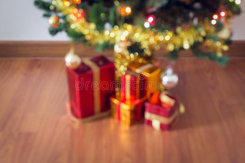 Gör suddig ljus beröm på julträd med gåvaasken arkivbilder