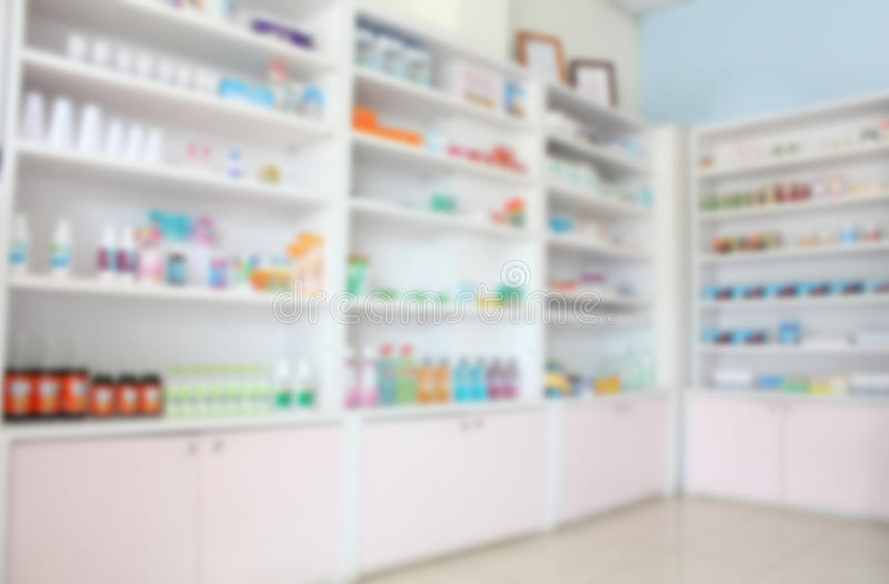 Gör suddig några hyllor av drogen i apoteket arkivbilder