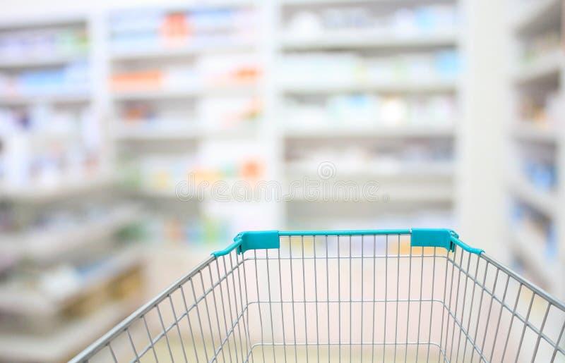Gör suddig några hyllor av drogen i apoteket arkivfoto