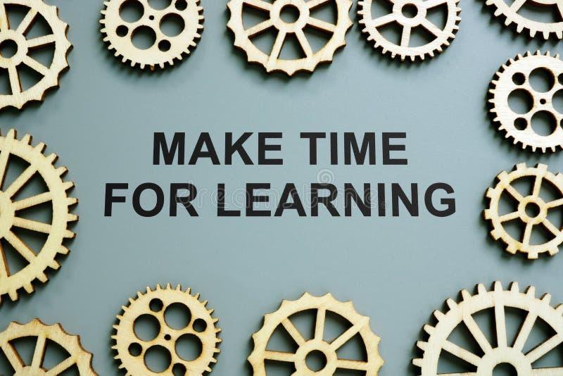 Gör tid för att lära tecken- och kugghjulhjul arkivbild