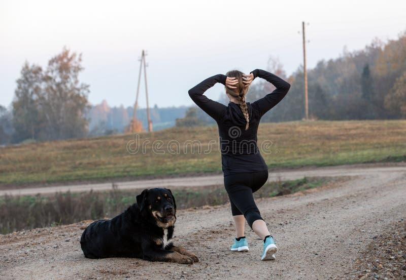 göra övningar som sträcker kvinnan fotografering för bildbyråer