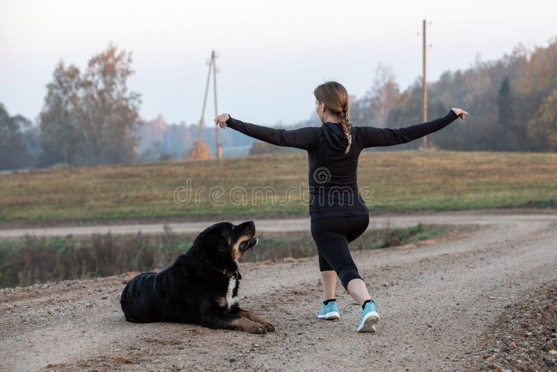 göra övningar som sträcker kvinnan royaltyfri foto