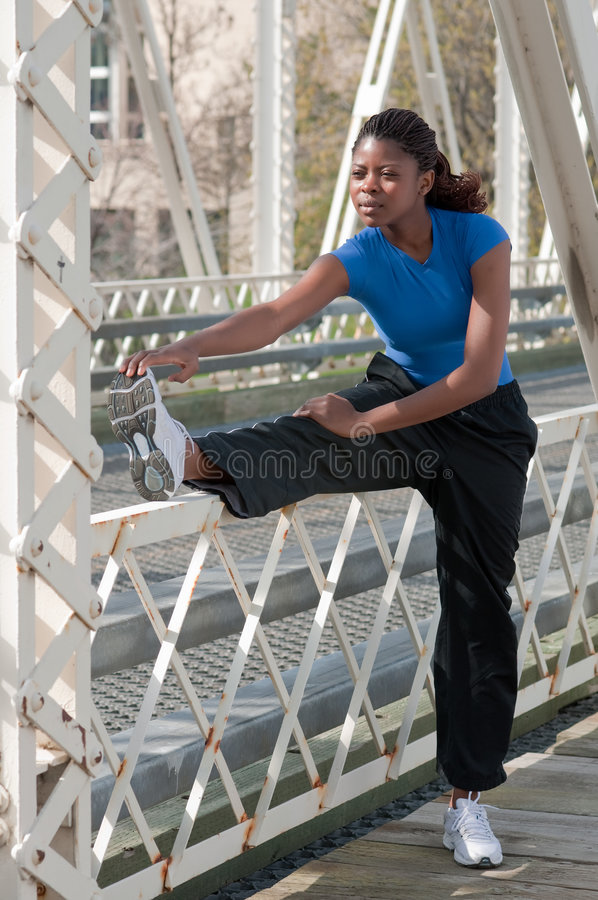 göra övningen som sträcker utomhus kvinnan royaltyfri fotografi