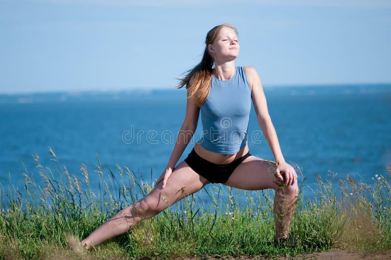 göra övningssporten som sträcker kvinnayoga arkivfoton