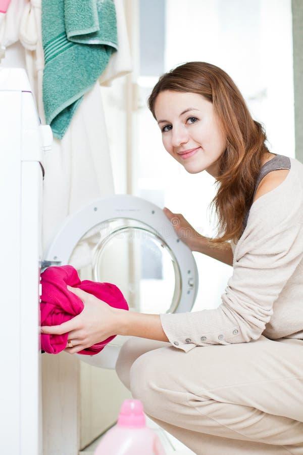 göra barn för hushållsarbetetvätterikvinna royaltyfria bilder