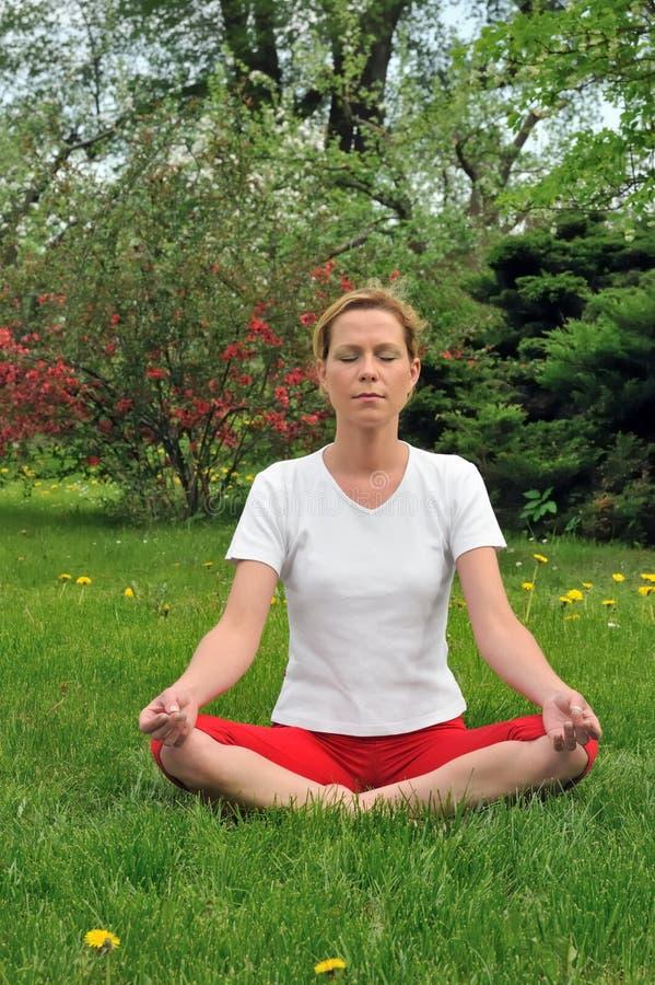 göra barn för meditationkvinnayoga royaltyfria foton