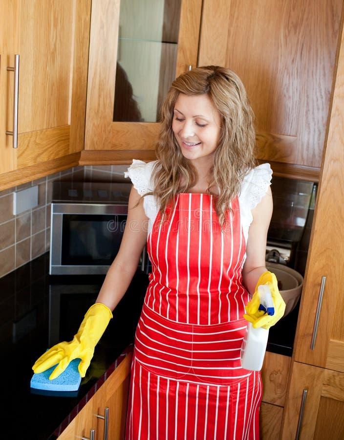 göra den le kvinnan för hushållsarbete arkivbild
