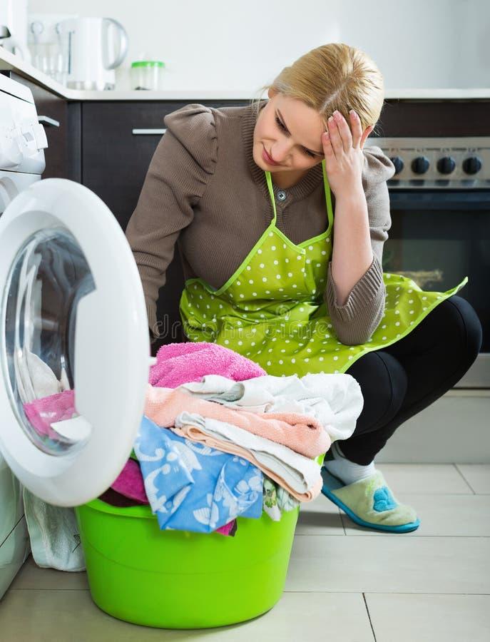 göra den trött kvinnan för tvätteri royaltyfria foton
