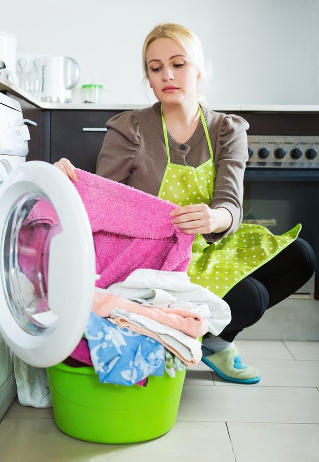 göra den trött kvinnan för tvätteri royaltyfri foto