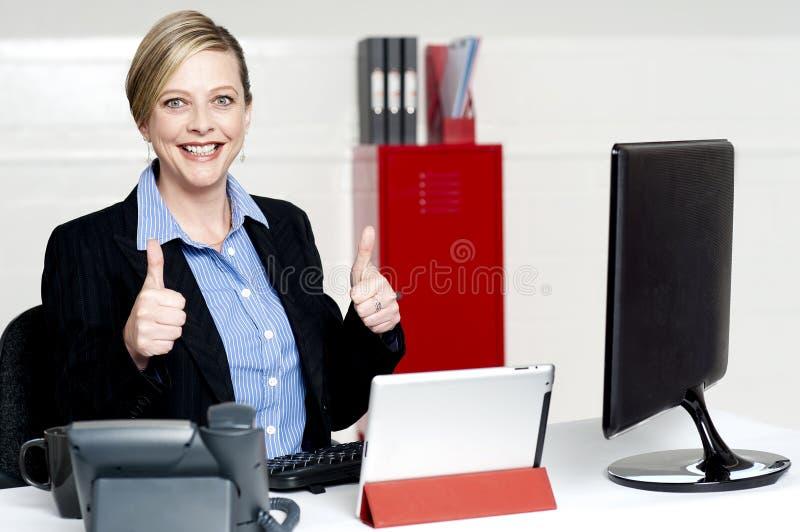 Göra en gest tum för hög affärskvinna upp royaltyfria bilder