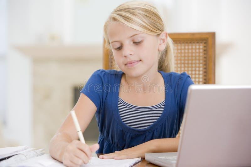 göra flickaläxabärbar dator genom att använda barn arkivfoton