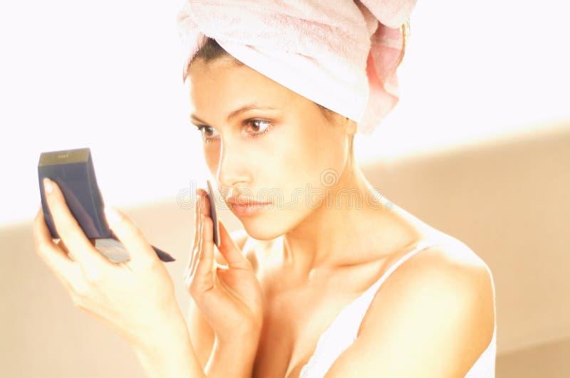 Download Göra flickamakeup fotografering för bildbyråer. Bild av kvinnlig - 500787