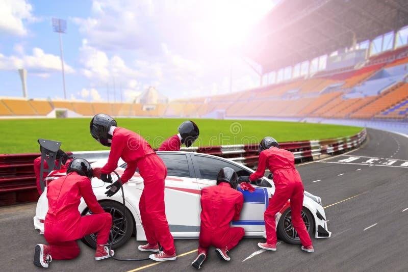 Göra full av hål stoppet med laget som underhåller teknisk service för ett tävlings- c arkivfoto