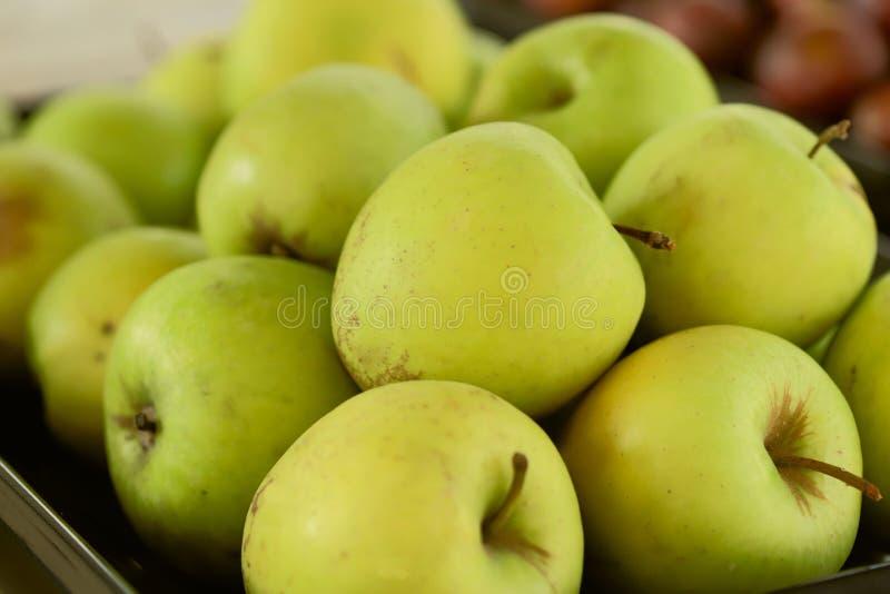 Göra grön äpplen Bakgrund Kantjusterat kort royaltyfri bild