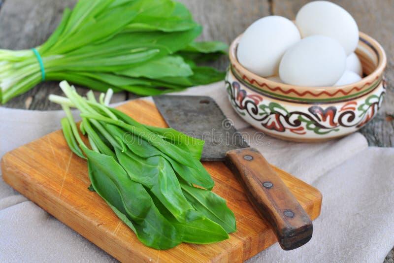 Göra grön huggen av äggsallad med potatis-, ramson- och parmesanost arkivfoton