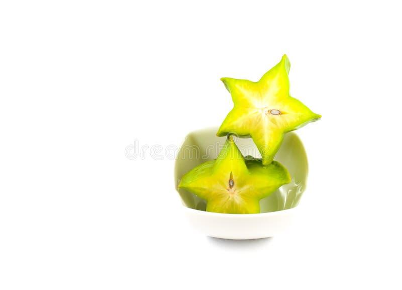Göra grön och gulna färg av starfruit på vit bakgrund arkivbilder