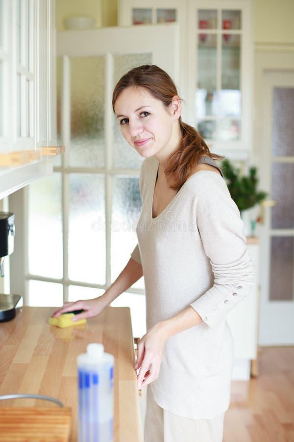 göra hushållsarbetekvinnabarn arkivfoto
