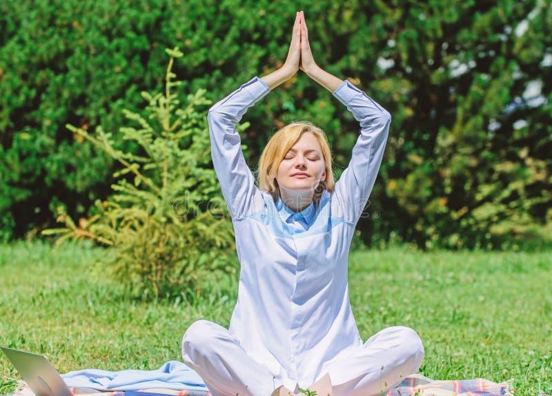 Göra klar din mening Flickan mediterar på bakgrund för natur för äng för grönt gräs för filt Kvinna som kopplar av övande meditat royaltyfria foton