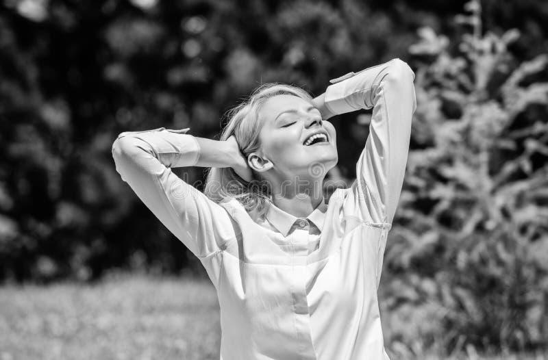Göra klar din mening Fyndminut som ska kopplas av Flickan mediterar naturbakgrund för grönt gräs Angenämt koppla av avslappnande  royaltyfri fotografi