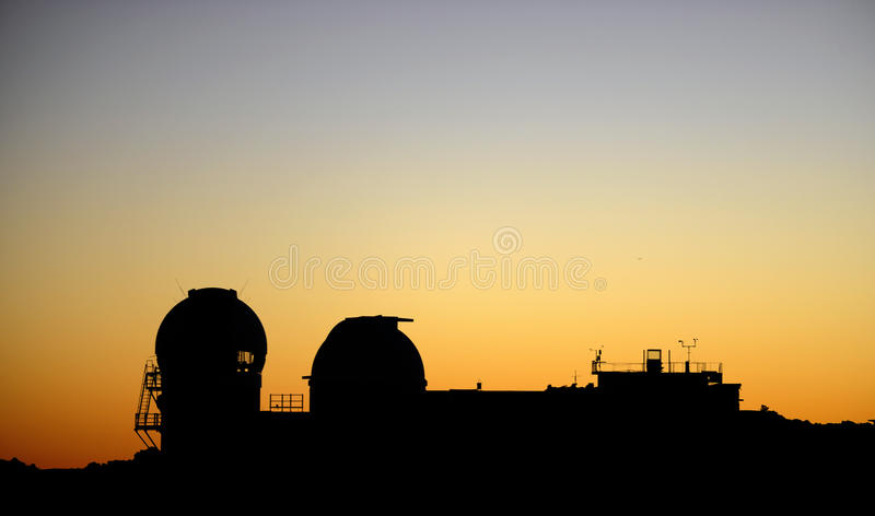 Göra mellanslag observatorier på soluppgång överst av den Haleakala krater på Maui arkivbilder