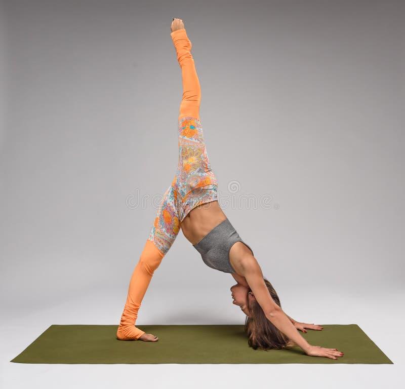 göra nätt yoga för flicka royaltyfri foto