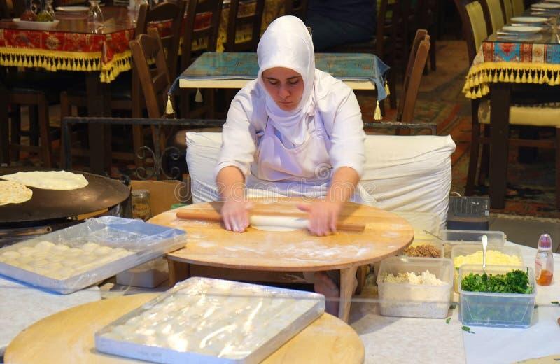 göra pannkakor den traditionella turkiska kvinnan istanbul fotografering för bildbyråer
