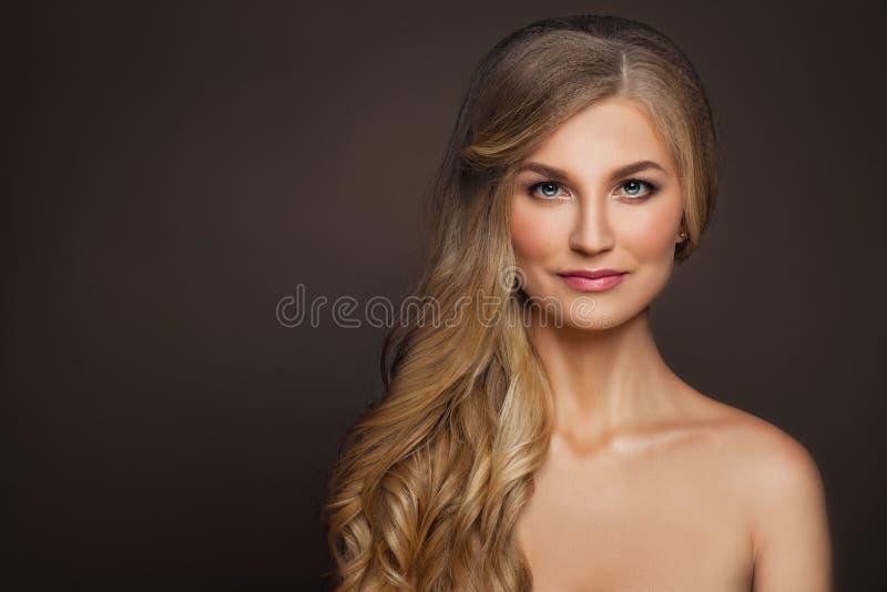Göra perfekt den mogna kvinnan med sund hud skönhetbrunnsort arkivfoto