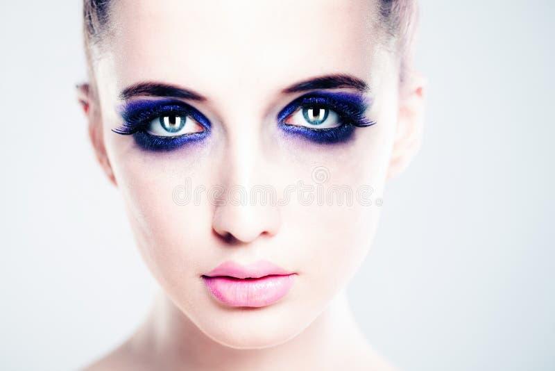 Göra perfekt framsidan med konstnärlig makeup härlig kvinna royaltyfria foton