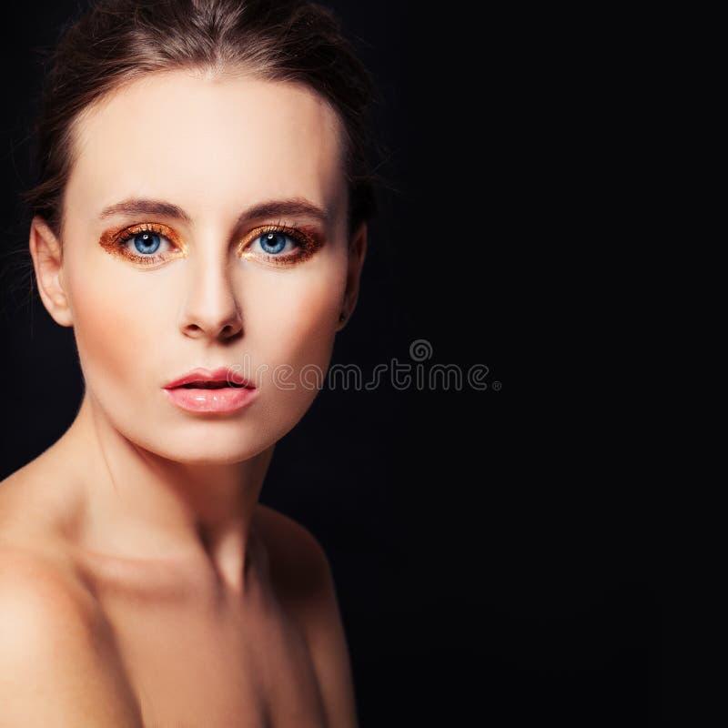 Göra perfekt framsidan på svart bakgrund härlig kvinna fotografering för bildbyråer