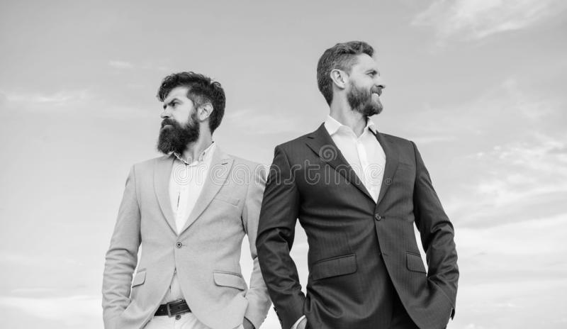 Göra perfekt i varje detalj Affärsmän står bakgrund för blå himmel Affärsfolk begrepp Väl ansat utseende royaltyfria foton