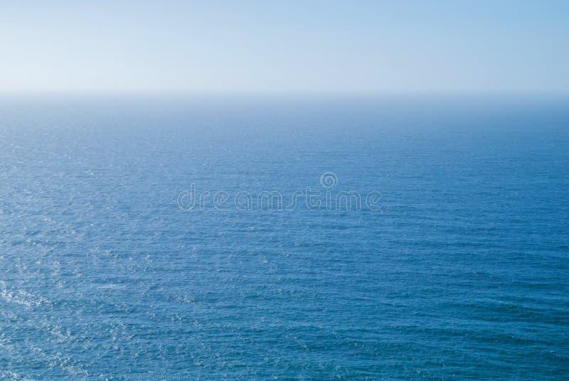 Göra perfekt klar blå himmel och vatten av Atlantic Ocean royaltyfria foton