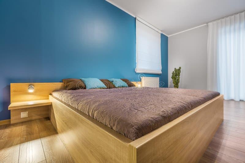 Göra perfekt säng för sömn och koppla av arkivfoton