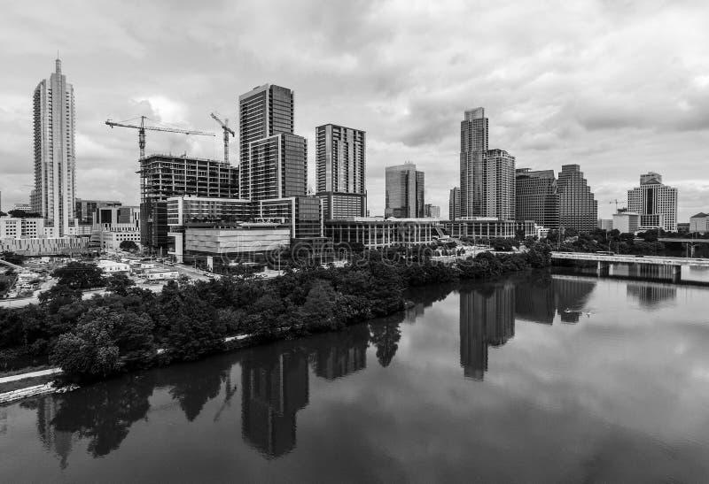 Göra perfekt spegelförsedda vattenreflexioner av för det Austin Texas USA för horisonttorn den svartvita sikten flyg- surret av h royaltyfria foton