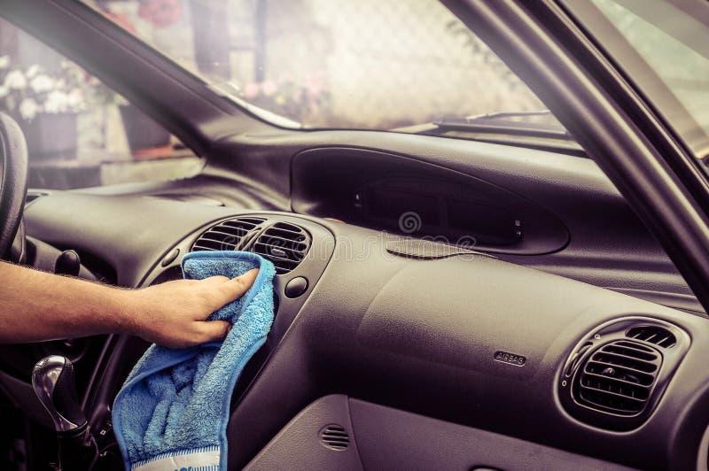 Göra ren bilinsidan - män räcker fullständigt bilen arkivfoton