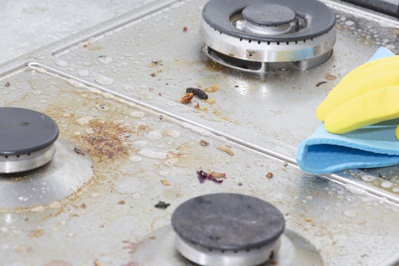 Göra ren en gasugn med köksgeråd, hushållbegrepp, eller hygien och rengöra royaltyfri bild